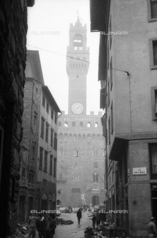 DAA-S-085004-0026 - Florence flood of November 4, 1966: Vicolo dei Malespini with debris and the background Palazzo Vecchio - Data dello scatto: 06/11/1966 - Dufoto / Alinari Archives