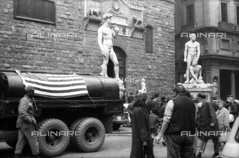 DAA-S-085004-0028 - Florence flood of November 4, 1966: a tanker with the American flag in front of Palazzo Vecchio - Data dello scatto: 06/11/1966 - Dufoto / Alinari Archives