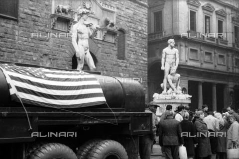 DAA-S-085004-0029 - Florence flood of November 4, 1966: a tanker with the American flag in front of Palazzo Vecchio - Data dello scatto: 06/11/1966 - Dufoto / Alinari Archives