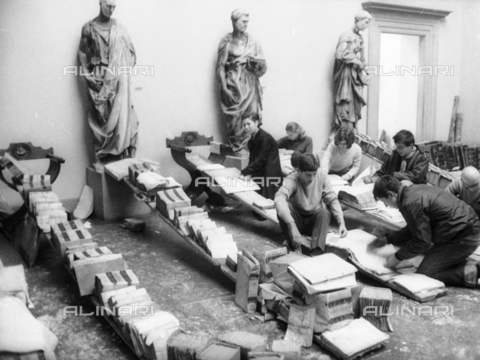 DAA-S-085004-0032 - Florence flood of November 4, 1966: Recovery of manuscripts and books flood victims, Museum of the Opera del Duomo - Data dello scatto: 06/11/1966 - Dufoto / Alinari Archives