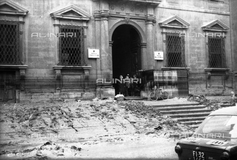 DAA-S-085004-0034 - Florence flood of November 4, 1966: Piazza San Firenze invaded by debris; in the background the former courthouse facade - Data dello scatto: 06/11/1966 - Dufoto / Alinari Archives