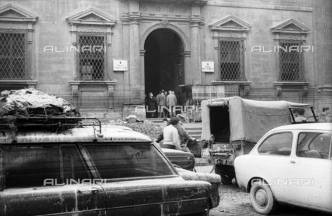 DAA-S-085004-0035 - Florence flood of November 4, 1966: Piazza San Firenze invaded by debris from the flooded cars; in the background the former courthouse facade - Data dello scatto: 06/11/1966 - Dufoto / Alinari Archives