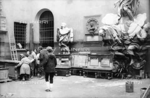 DAA-S-085004-0049 - Florence flood of November 4, 1966: courtyard of the Museo dell'Opera del Duomo flooded; some men lead outside the flooded furnishings - Data dello scatto: 06/11/1966 - Dufoto / Alinari Archives