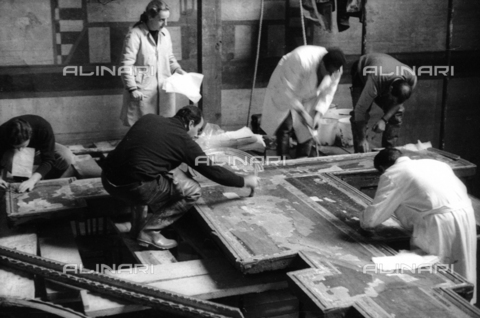 DAA-S-085004-0052 - Florence flood of November 4, 1966: restoration of the Crucifix of Cimabue flooded Upper Room of the Holy Cross Basilica - Data dello scatto: 06/11/1966 - Dufoto / Alinari Archives