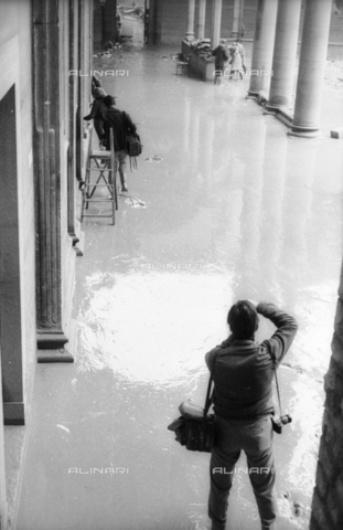 DAA-S-085004-0053 - Florence flood of November 4, 1966: a photographer in the first cloister flooded the Basilica of S. Croce - Data dello scatto: 06/11/1966 - Dufoto / Alinari Archives