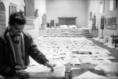 DAA-S-085004-0056 - Florence flood of November 4, 1966: restoration of manuscripts and books flood victims, Museum of the Opera del Duomo - Data dello scatto: 06/11/1966 - Dufoto / Alinari Archives