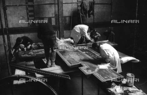 DAA-S-085004-0059 - Florence flood of November 4, 1966: restoration of the Crucifix of Cimabue flooded Upper Room of the Holy Cross Basilica - Data dello scatto: 06/11/1966 - Dufoto / Alinari Archives
