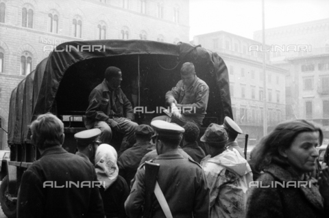 DAA-S-085004-0061 - Florence flood of November 4, 1966: US soldiers distribute food to citizens, Piazza della Signoria - Data dello scatto: 06/11/1966 - Dufoto / Alinari Archives