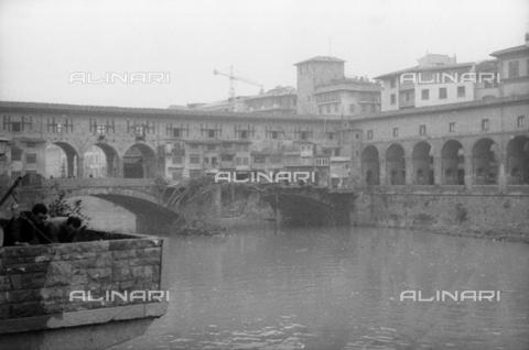 DAA-S-085004-0115 - Alluvione di Firenze del 4 novembre 1966: Ponte Vecchio danneggiato dalla piena dell' Arno - Data dello scatto: 06/11/1966 - Dufoto / Archivi Alinari
