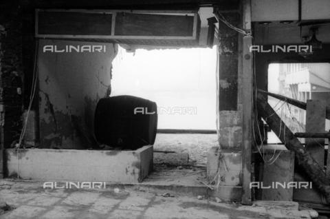 DAA-S-085004-0116 - Alluvione di Firenze del 4 novembre 1966: negozi di Ponte Vecchio danneggiato dalla piena dell' Arno - Data dello scatto: 06/11/1966 - Dufoto / Archivi Alinari