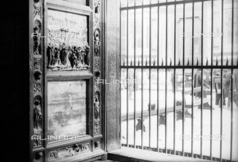 DAA-S-085004-0117 - Alluvione di Firenze del 4 novembre 1966: la Porta del Paradiso del Battistero danneggiata dall'inondazione - Data dello scatto: 06/11/1966 - Dufoto / Archivi Alinari