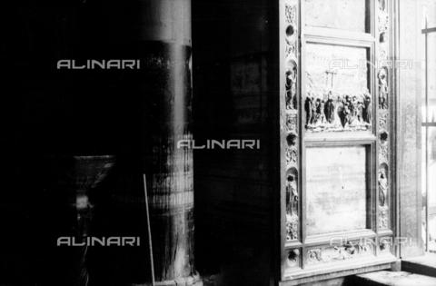 DAA-S-085004-0118 - Alluvione di Firenze del 4 novembre 1966: la Porta del Paradiso del Battistero danneggiata dall'inondazione - Data dello scatto: 06/11/1966 - Dufoto / Archivi Alinari
