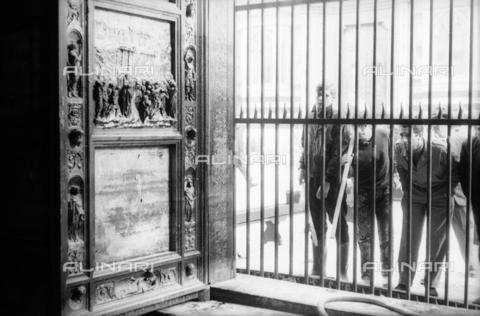 DAA-S-085004-0119 - Alluvione di Firenze del 4 novembre 1966: la Porta del Paradiso del Battistero danneggiata dall'inondazione - Data dello scatto: 06/11/1966 - Dufoto / Archivi Alinari