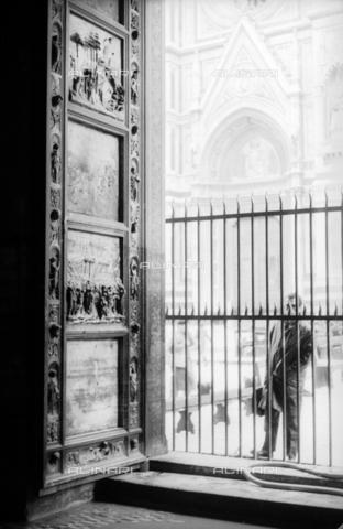 DAA-S-085004-0120 - Alluvione di Firenze del 4 novembre 1966: la Porta del Paradiso del Battistero danneggiata dall'inondazione - Data dello scatto: 06/11/1966 - Dufoto / Archivi Alinari