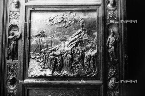 DAA-S-085004-0121 - Alluvione di Firenze del 4 novembre 1966: la Porta del Paradiso del Battistero danneggiata dall'inondazione - Data dello scatto: 06/11/1966 - Dufoto / Archivi Alinari