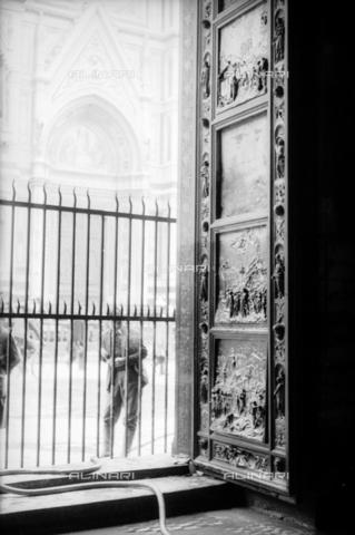 DAA-S-085004-0122 - Alluvione di Firenze del 4 novembre 1966: la Porta del Paradiso del Battistero danneggiata dall'inondazione - Data dello scatto: 06/11/1966 - Dufoto / Archivi Alinari