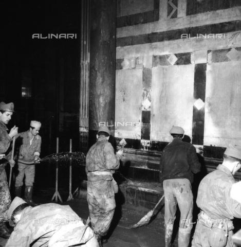 DAA-S-085005-0002 - Alluvione di Firenze del 4 novembre 1966: militari e volontari puliscono l'interno del Battistero - Data dello scatto: 06/11/1966 - Dufoto / Archivi Alinari