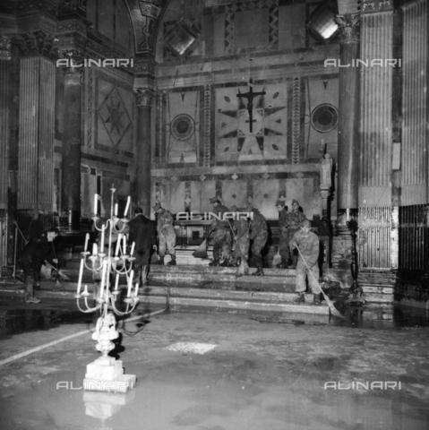 DAA-S-085005-0003 - Alluvione di Firenze del 4 novembre 1966: militari e volontari puliscono l'interno del Battistero - Data dello scatto: 06/11/1966 - Dufoto / Archivi Alinari