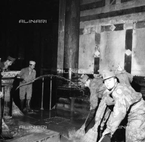 DAA-S-085005-0004 - Alluvione di Firenze del 4 novembre 1966: militari puliscono l'interno del Battistero - Data dello scatto: 06/11/1966 - Dufoto / Archivi Alinari