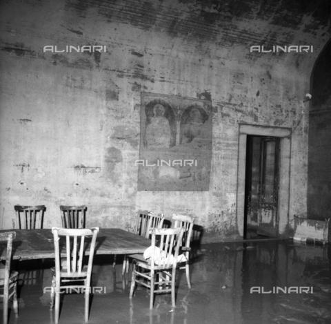 DAA-S-085005-0006 - Alluvione di Firenze del 4 novembre 1966: interno alluvionato con affresco raffigurante due santi - Data dello scatto: 06/11/1966 - Dufoto / Archivi Alinari