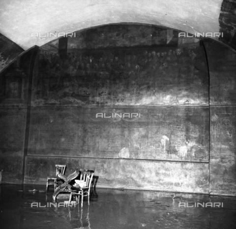 DAA-S-085005-0007 - Alluvione di Firenze del 4 novembre 1966: interno alluvionato con affresco raffigurante un gruppo di religiosi - Data dello scatto: 06/11/1966 - Dufoto / Archivi Alinari