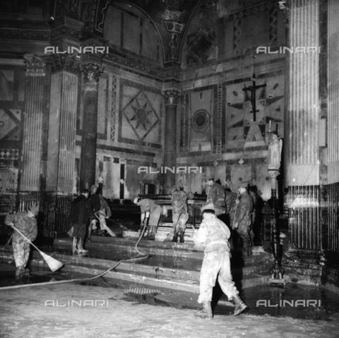 DAA-S-085005-0008 - Alluvione di Firenze del 4 novembre 1966: militari e volontari puliscono l'interno del Battistero - Data dello scatto: 06/11/1966 - Dufoto / Archivi Alinari
