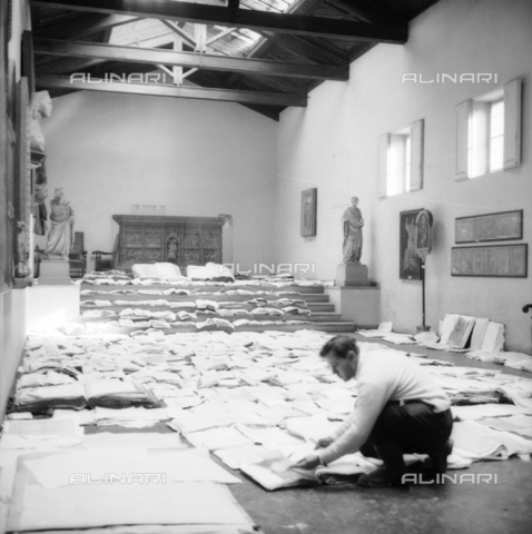 DAA-S-085005-0009 - Alluvione di Firenze del 4 novembre 1966: recupero dei documenti e dei libri alluvionati, Museo dell'Opera del Duomo - Data dello scatto: 06/11/1966 - Dufoto / Archivi Alinari