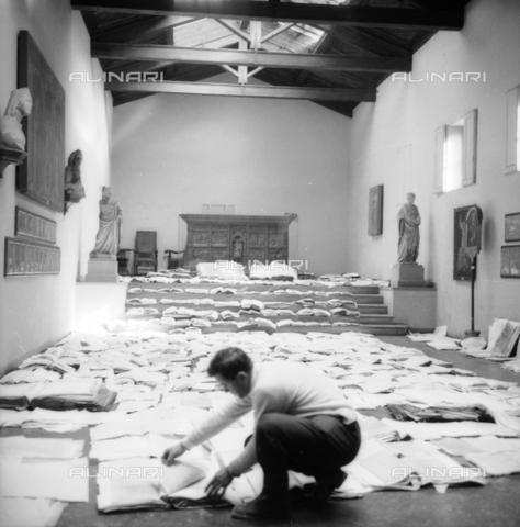 DAA-S-085005-0010 - Alluvione di Firenze del 4 novembre 1966: recupero dei documenti e dei libri alluvionati, Museo dell'Opera del Duomo - Data dello scatto: 06/11/1966 - Dufoto / Archivi Alinari