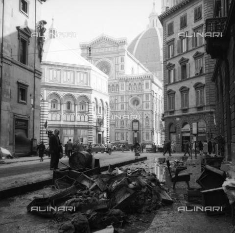 DAA-S-085005-0011 - Alluvione di Firenze del 4 novembre 1966: via dei Pecori con i detriti lasciati dall'inondazione; sullo sfondo il Battistero e il Duomo - Data dello scatto: 06/11/1966 - Dufoto / Archivi Alinari
