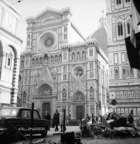 DAA-S-085005-0012 - Alluvione di Firenze del 4 novembre 1966: persone, detriti e fango in piazza Duomo - Data dello scatto: 06/11/1966 - Dufoto / Archivi Alinari