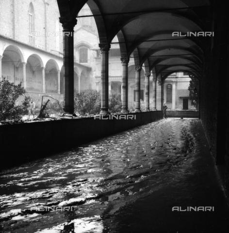 DAA-S-085005-0013 - Alluvione di Firenze del 4 novembre 1966: il primo chiostro della Basilica di Santa Croce allagato - Data dello scatto: 06/11/1966 - Dufoto / Archivi Alinari
