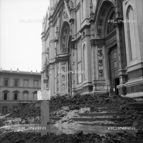 DAA-S-085005-0014 - Alluvione di Firenze del 4 novembre 1966: cumuli di fango sul sagrato della Basilica di Santa Croce - Data dello scatto: 06/11/1966 - Dufoto / Archivi Alinari