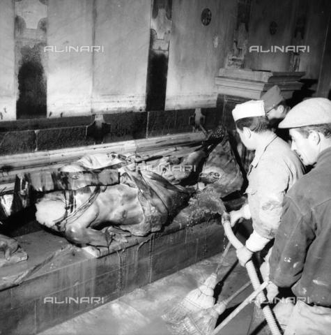 DAA-S-085005-0015 - Alluvione di Firenze del 4 novembre 1966: la statua di San Giovanni Battista di Giuseppe Piamontini danneggiata e senza testa, Battistero - Data dello scatto: 06/11/1966 - Dufoto / Archivi Alinari