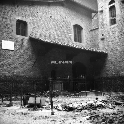 DAA-S-085005-0017 - Alluvione di Firenze del 4 novembre 1966: fango e detriti davanti alla Casa di Dante - Data dello scatto: 06/11/1966 - Dufoto / Archivi Alinari