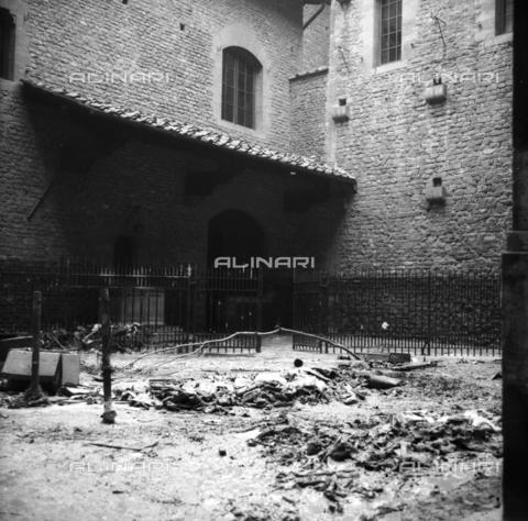 DAA-S-085005-0018 - Alluvione di Firenze del 4 novembre 1966: fango e detriti davanti alla Casa di Dante - Data dello scatto: 06/11/1966 - Dufoto / Archivi Alinari