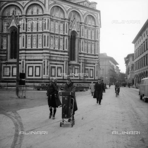 DAA-S-085005-0019 - Alluvione di Firenze del 4 novembre 1966: persone in piazza Duomo - Data dello scatto: 06/11/1966 - Dufoto / Archivi Alinari