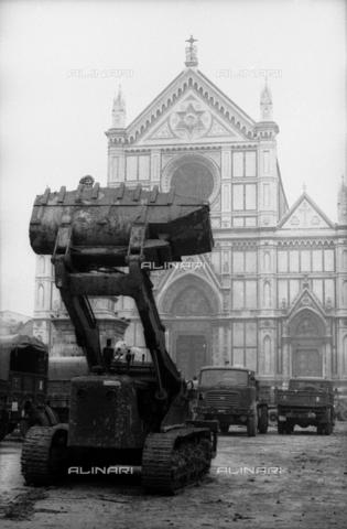 DAA-S-085671-0001 - Alluvione di Firenze del 4 novembre 1966: una ruspa e mezzi militari in piazza Santa Croce - Data dello scatto: 06-08/11/1966 - Dufoto / Archivi Alinari