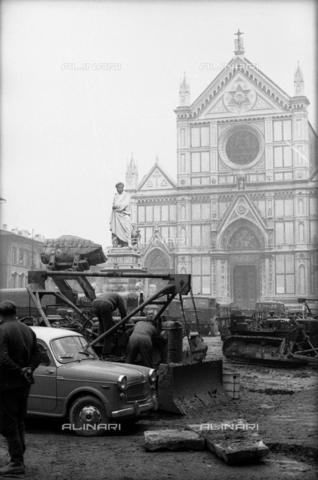 DAA-S-085671-0002 - Alluvione di Firenze del 4 novembre 1966: una ruspa e mezzi militari in piazza Santa Croce - Data dello scatto: 06-08/11/1966 - Dufoto / Archivi Alinari