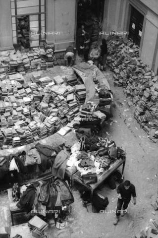 DAA-S-085671-0003 - Alluvione di Firenze del 4 novembre 1966: libri alluvionati nella sala centrale della Biblioteca Nazionale - Data dello scatto: 06-08/11/1966 - Dufoto / Archivi Alinari