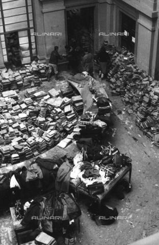 DAA-S-085671-0004 - Alluvione di Firenze del 4 novembre 1966: libri alluvionati nella sala centrale della Biblioteca Nazionale - Data dello scatto: 06-08/11/1966 - Dufoto / Archivi Alinari