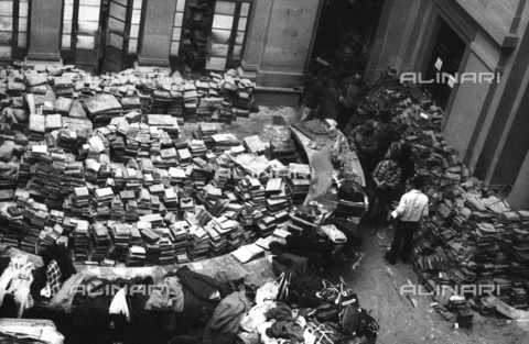 DAA-S-085671-0005 - Alluvione di Firenze del 4 novembre 1966: libri alluvionati nella sala centrale della Biblioteca Nazionale - Data dello scatto: 06-08/11/1966 - Dufoto / Archivi Alinari