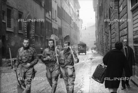 DAA-S-085671-0006 - Alluvione di Firenze del 4 novembre 1966: soldati con le vanghe in una strada - Data dello scatto: 06-08/11/1966 - Dufoto / Archivi Alinari
