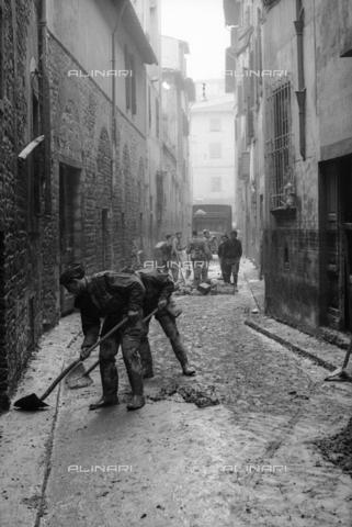 DAA-S-085671-0007 - Alluvione di Firenze del 4 novembre 1966: soldati con le vanghe puliscono una strada dal fango - Data dello scatto: 06-08/11/1966 - Dufoto / Archivi Alinari