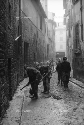 DAA-S-085671-0008 - Alluvione di Firenze del 4 novembre 1966: soldati con le vanghe puliscono una strada dal fango - Data dello scatto: 06-08/11/1966 - Dufoto / Archivi Alinari
