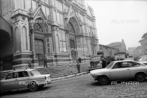 DAA-S-085671-0009 - Alluvione di Firenze del 4 novembre 1966: automobili e militari in piazza Santa Croce - Data dello scatto: 06-08/11/1966 - Dufoto / Archivi Alinari