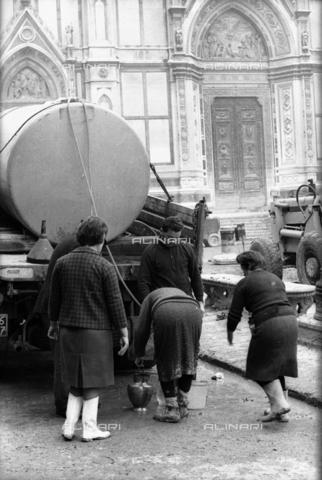 DAA-S-085671-0010 - Alluvione di Firenze del 4 novembre 1966: una autobotte con acqua potabile in piazza Santa Croce - Data dello scatto: 06-08/11/1966 - Dufoto / Archivi Alinari