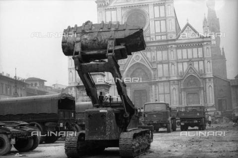DAA-S-085671-0011 - Alluvione di Firenze del 4 novembre 1966: una ruspa e mezzi militari in piazza Santa Croce - Data dello scatto: 06-08/11/1966 - Dufoto / Archivi Alinari