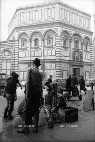 DAA-S-085671-0012 - Alluvione di Firenze del 4 novembre 1966: distribuzione dell'acqua potabile in piazza S. Giovanni - Data dello scatto: 06-08/11/1966 - Dufoto / Archivi Alinari