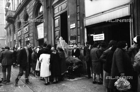 DAA-S-085671-0013 - Alluvione di Firenze del 4 novembre 1966: vendita di oggetti alluvionati in via dei Pecori - Data dello scatto: 07-10/11/1966 - Dufoto / Archivi Alinari