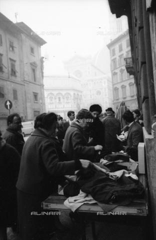 DAA-S-085671-0014 - Alluvione di Firenze del 4 novembre 1966: vendita di oggetti alluvionati in via dei Pecori - Data dello scatto: 07-10/11/1966 - Dufoto / Archivi Alinari